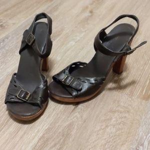 ⭐ Volatile brown leather heel sandals